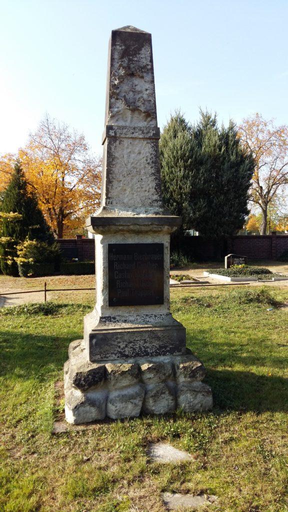 Löbnitz Friedhof Turnerdenkmal 1